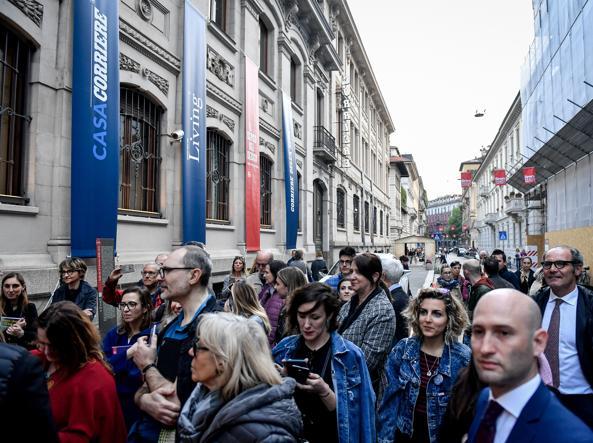 Folla alle installazioni casa corriere parte col design for Casa corriere
