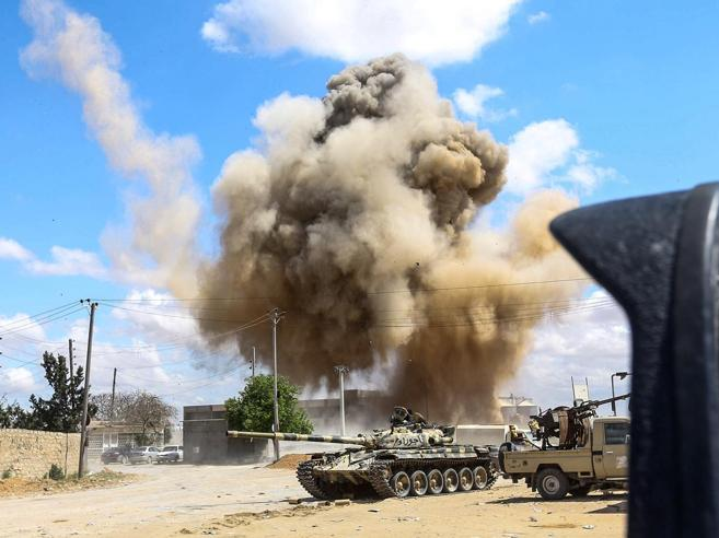 Mitragliatrici, razzi e colpi di mortaioA  Tripoli si combatte  strada per strada