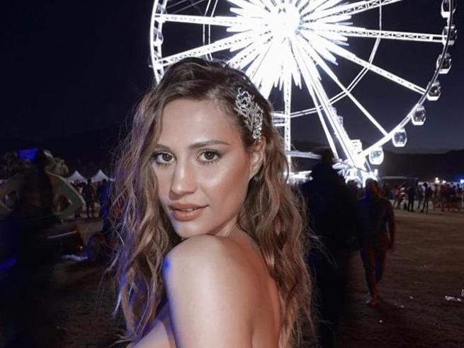 Coachella 2019: treccine, chignon e hair clip. Trucco (d'argento) e capelli protagonisti