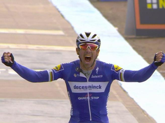 Parigi-Roubaix, trionfa Gilbert allo sprint su Politt e Lampaert