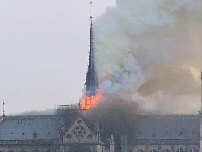Parigi |  brucia la cattedrale di Notre DameFiamme e alta colonna di fumo Le foto