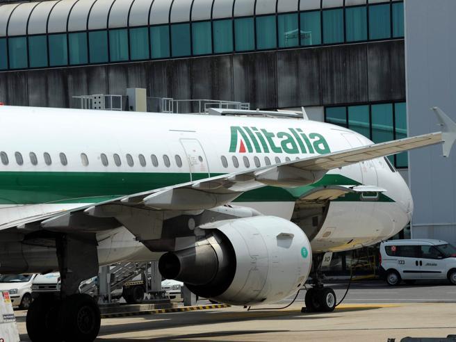 Alitalia, il governo spinge sui Benetton L'ipotesi Atlantia per evitare il default