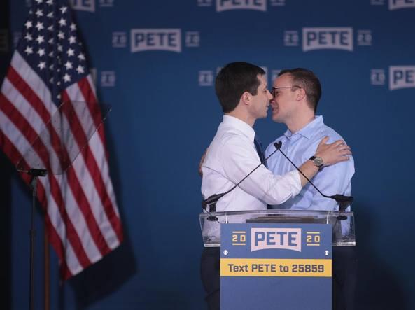 Risultati immagini per il candidato pete bacia il marito