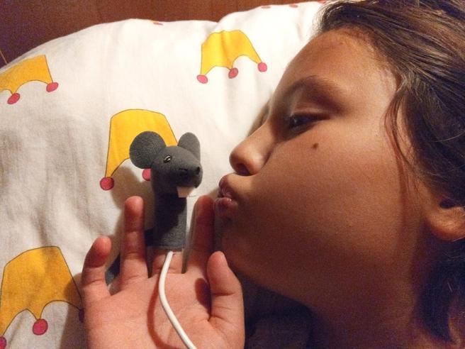 Carol, 9 anni, con il copri sensore in ospedale ha meno paura