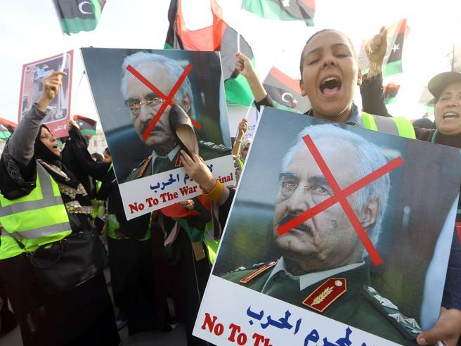 Trump, giravolta libica: il presidente appoggia Haftar, Italia spiazzata