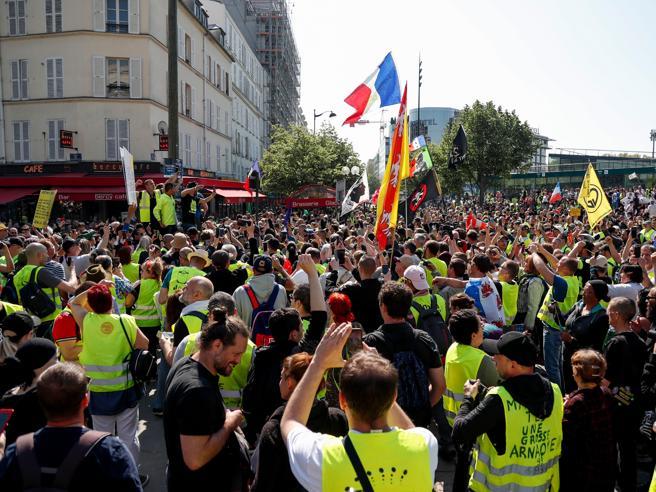 Gilet gialli, scontri a Parigi nel 23esimo sabatodi protesta Video