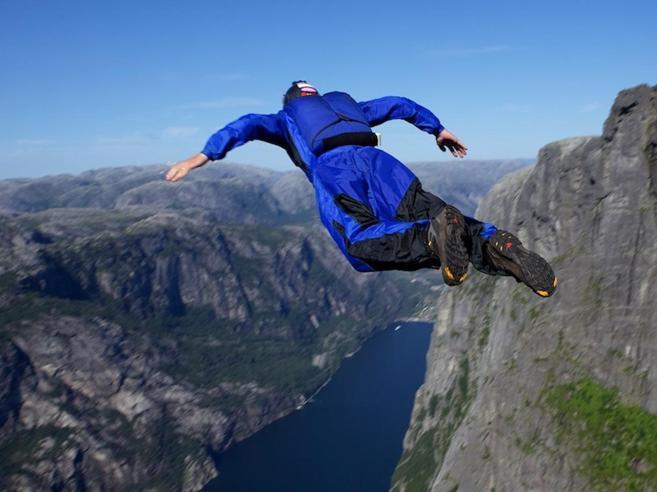 Trentino, base jumper norvegese precipita e muore