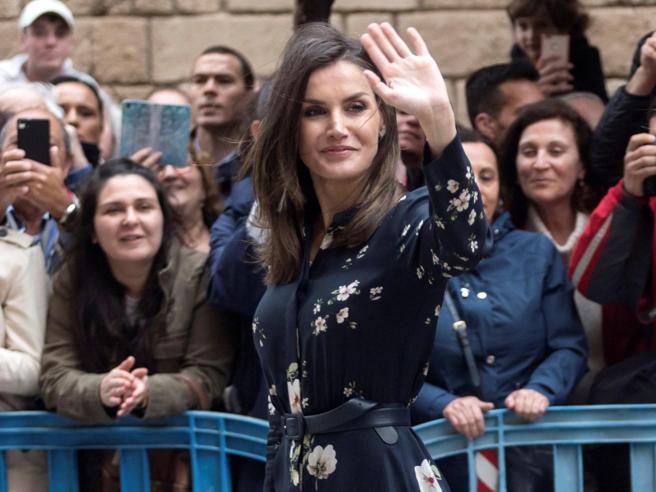 Letizia di Spagna elegantissima in blu (e fiori) per la messa di Pasqua