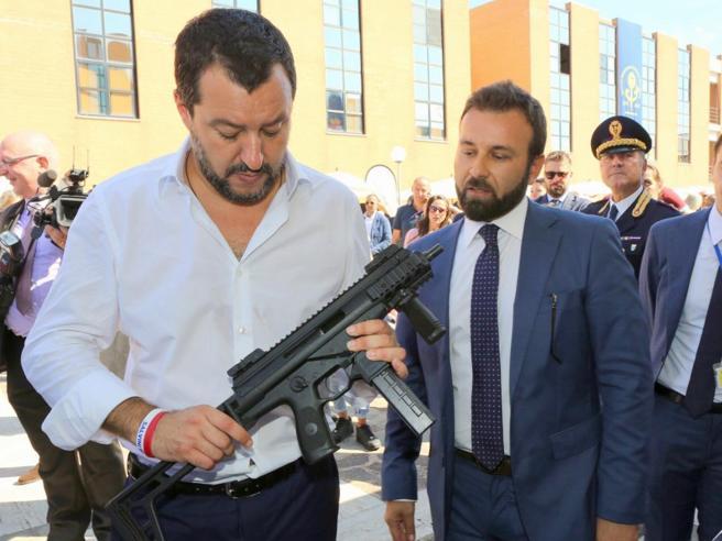 Salvini e la foto con il mitra postata da Luca Morisi: 'Vogliono fermarci, noi armati'