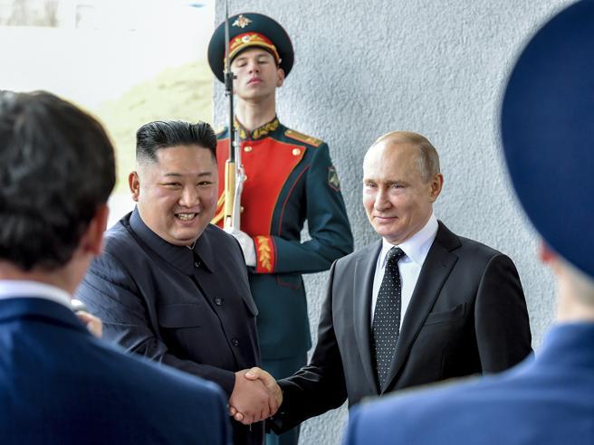 Putin stringe la mano a Kim: «Felice di vederti in Russia, a