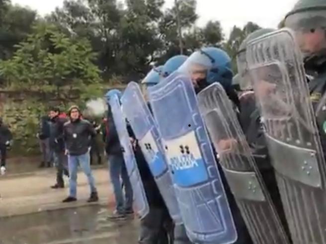 Ex Ilva, sassi contro i poliziotti al corteo ambientalista Video