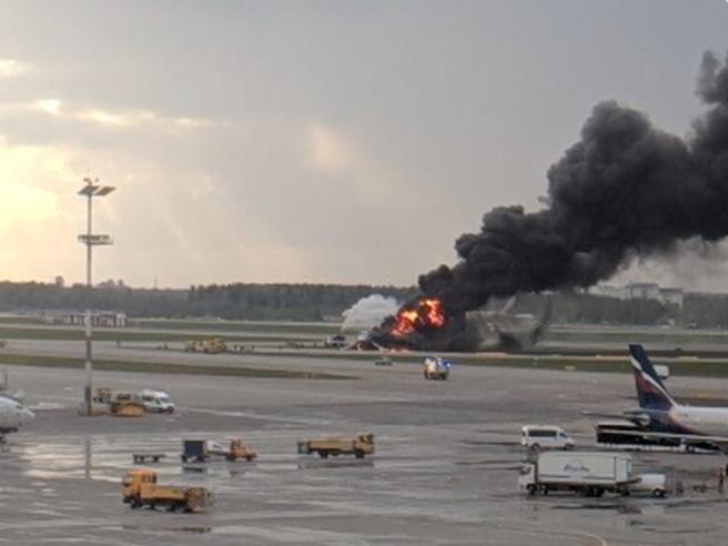 Fiamme a bordo, jet costretto   ad atterraggio d'emergenza a Mosca: una vittima Il video