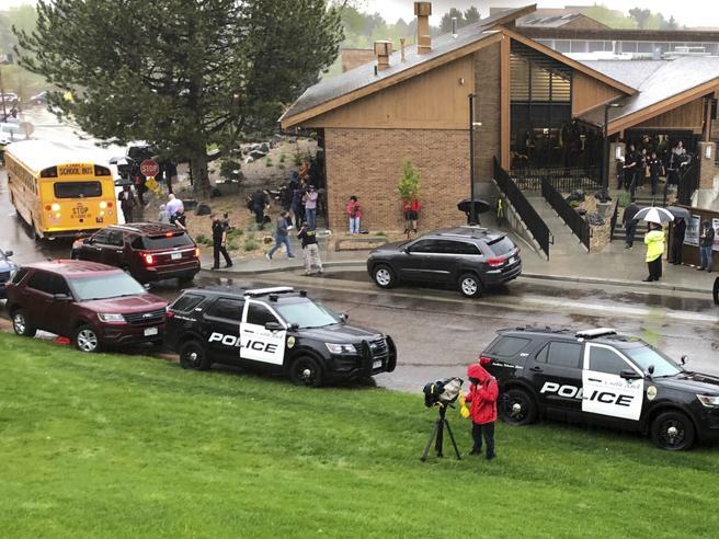 Denver, spari in una scuola vicina alla Columbine: otto i feriti