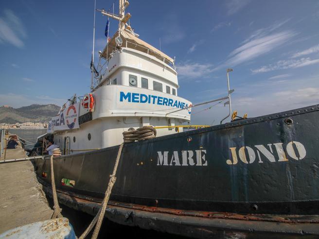Migranti, la Mare Jonio partita per Lampedusa: a bordo 30 persone. Pd: «Basta ostaggi»