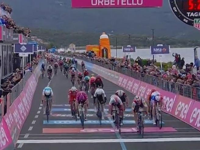 Giro d'Italia, 3ª tappa a Elia Viviani ma viene declassato dopo la  volata: vince Gaviria