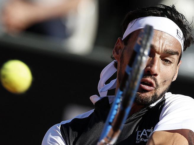 Tennis, Fognini eliminato in due set da Tsitsipas. Federer e Djokovic ok