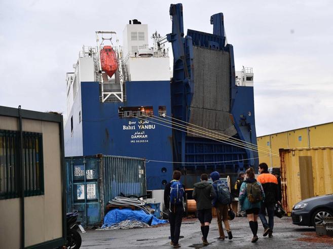 Genova,   attracca il cargo con le armi:  sciopero dei portuali Foto