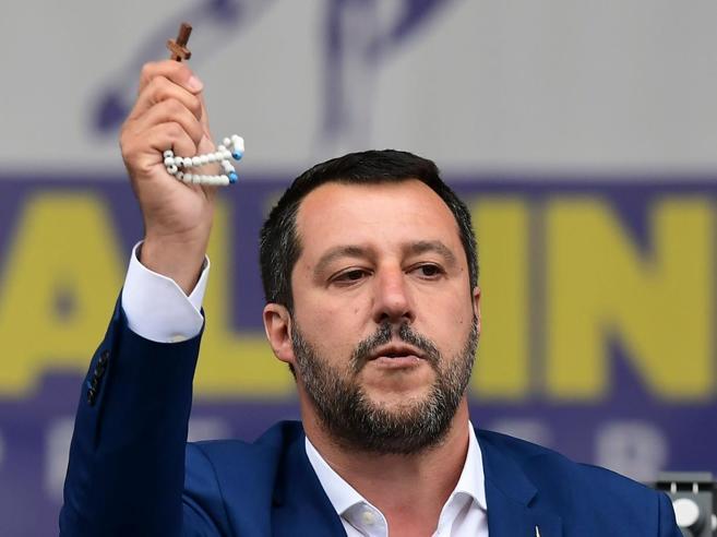Salvini risponde ai cattolici: «Due morti in mare a maggio, difendo la mia fede salvando vite»