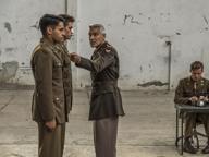 Clooney strappa sorrisi con la serie sull'assurdità della guerra