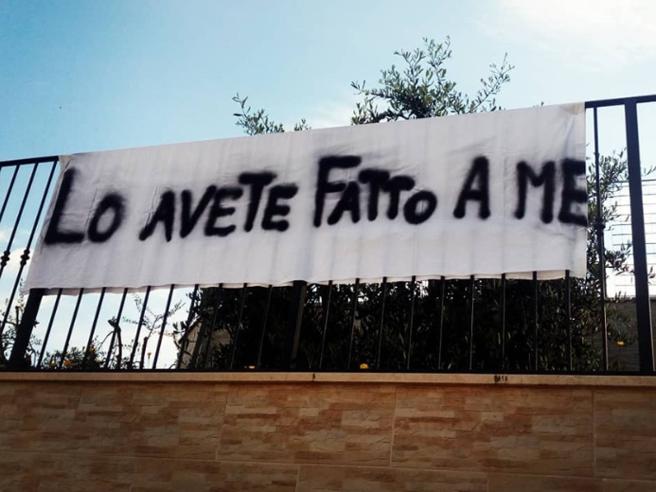 Lo striscione delle suore di clausura fuori del monastero: «Basta con il clima di odio»