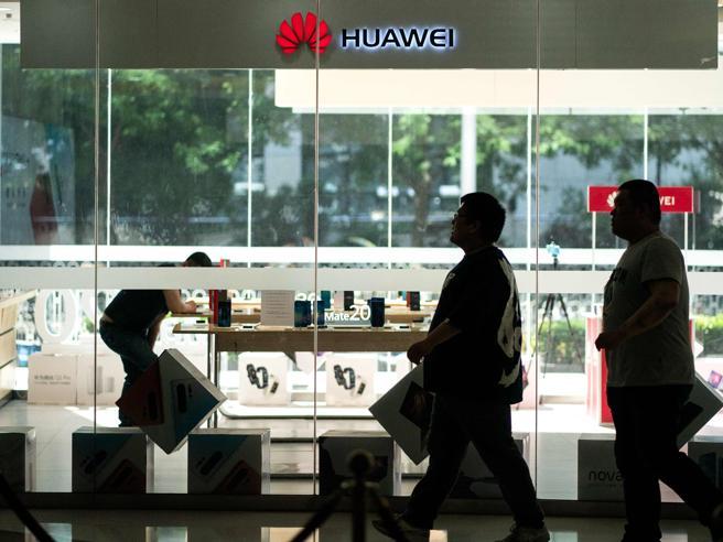 Huawei, «protesta formale» dalla Cina. Gli operatori inizian
