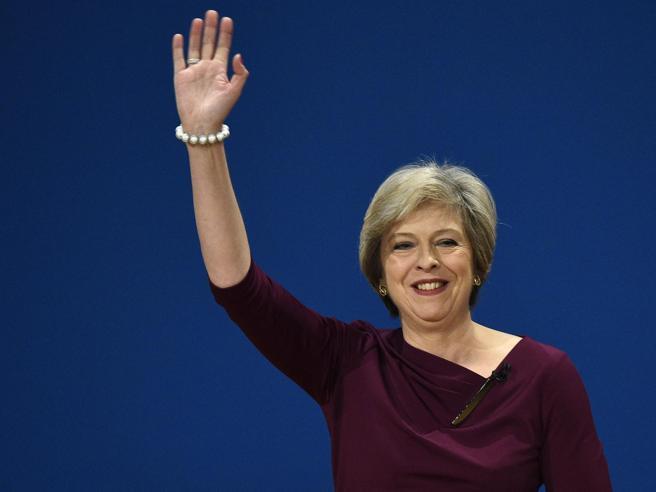 Theresa May in lacrime: «Mi dimetto il 7 giugno»