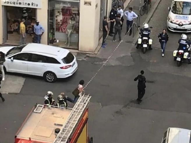 Il pacco bomba a Lione, Macron: «È un attacco». Si cerca uomo fuggito in bici