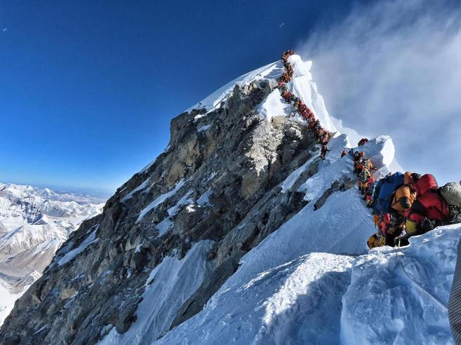 Everest sovraffollato, alpinisti in coda I ritardi causano dieci morti per malore