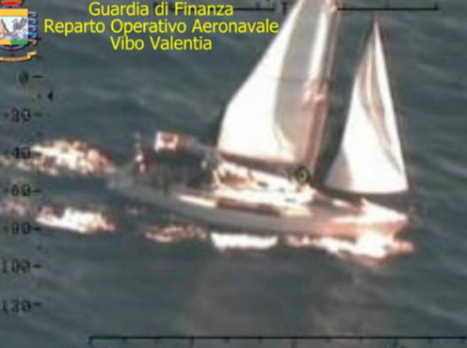 I migranti che arrivano in Calabria in barca a vela e il giallo degli scafisti russi