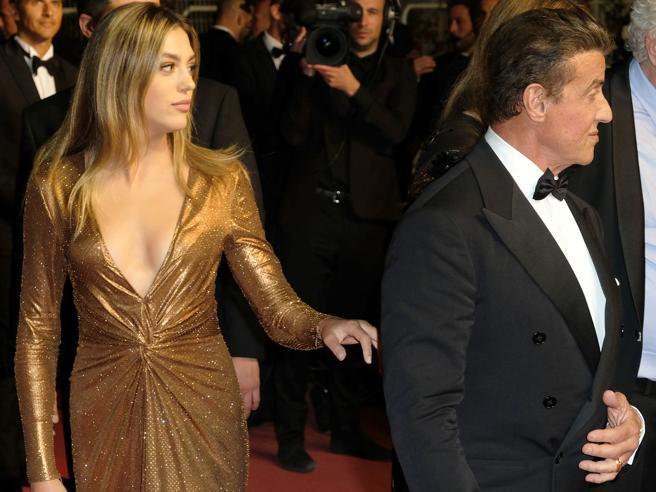 Sistine Stallone, la figlia «influencer» di Rambo incanta la Croisette con abito oro