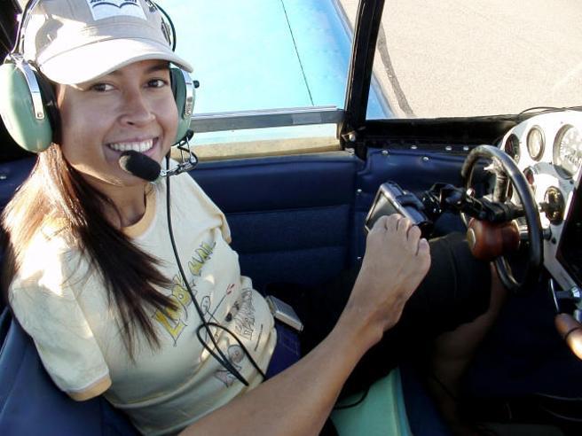 Jessica, nata senza braccia: «Ora piloto  gli aerei solo con i piedi»