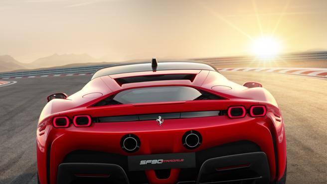 SF90 Stradale, la prima Ferrari ibrida è la più potente di sempre