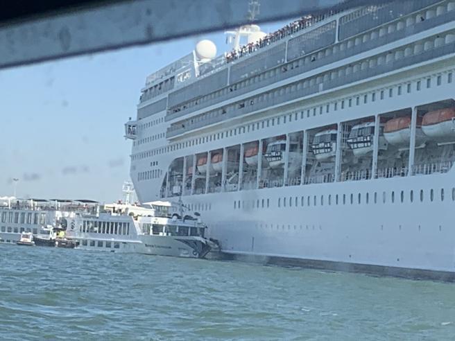 Venezia, incidente nel canale della Giudecca: nave da crociera colpisce battello turistico. Ci sono feriti