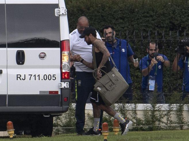 Neymar, la ragazza di Instagram e l'accusa di stupro. Lui: un ricatto