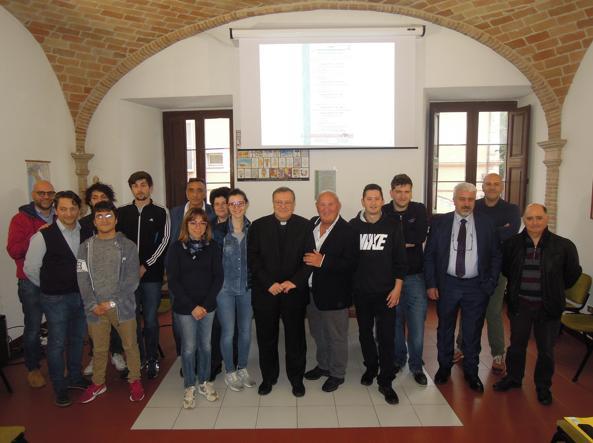 Il vescovo Lorenzo Leuzzi, al centro, con i giovani corsisti, i collaboratori della diocesi e i rappresentanti di Coldiretti alla presentazione del corso sull'imprenditorialità rurale