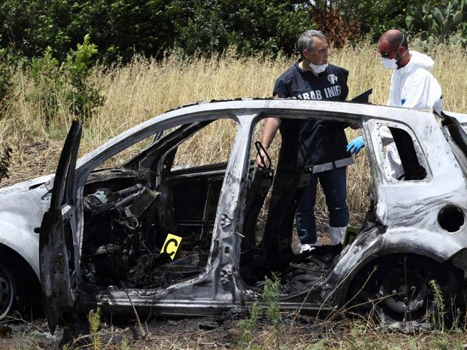 I due corpi carbonizzati in auto: una mammae un amico di famiglia