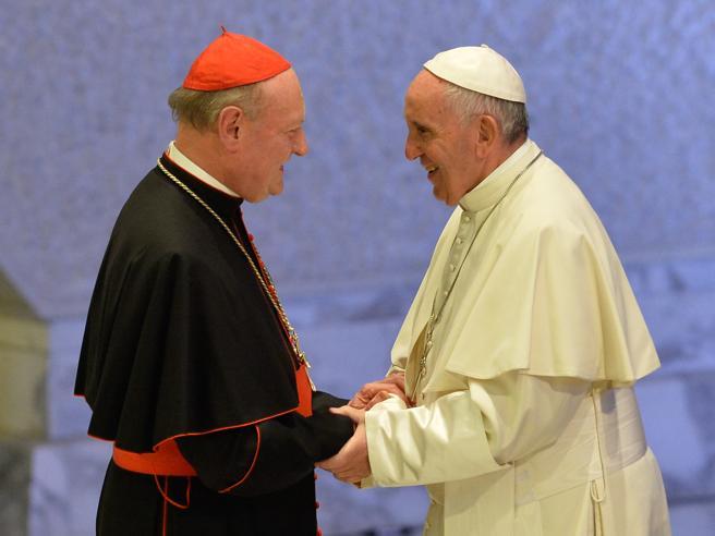 Il cardinal Ravasi: «Sventolare il crocefisso? Un rituale magico»