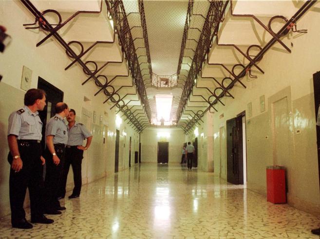 Rivolta nel carcere di Poggioreale «300 detenuti minacciano gli agenti»