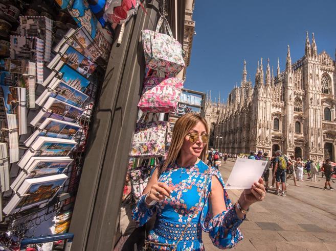 «Cari saluti da Milano», il risveglio dei chioschi di souvenir: tornano di moda le cartoline