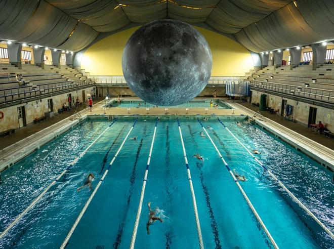 Milano, nuotare alla luce della grande Luna, l'installazione di Jerram alla piscina Cozzi