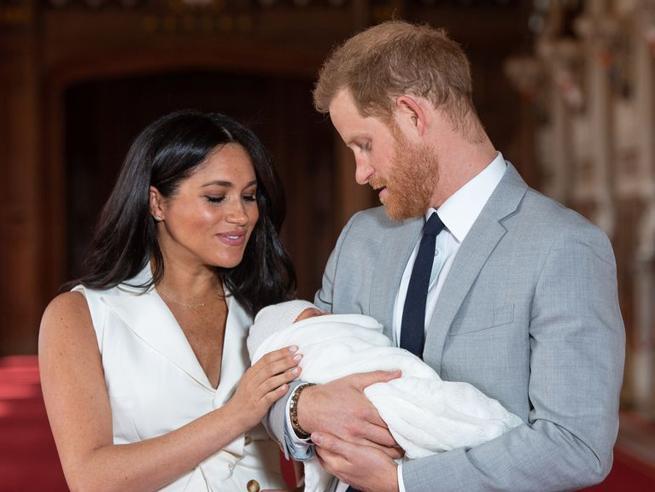 Harry e Meghan scelgono un battesimo tradizionale per Archie, ma la regina non ci sarà lo stesso