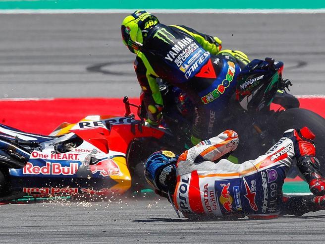 Lorenzo strike imperdonabile, ma Rossi lo scusa: «La 10 sembrava la curva di un parcheggio Conad»