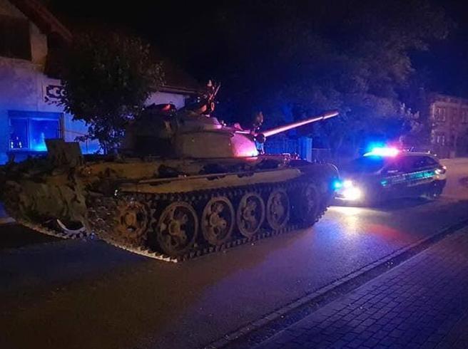 Polonia, ubriaco ruba un carro armato russo e scatena il panico
