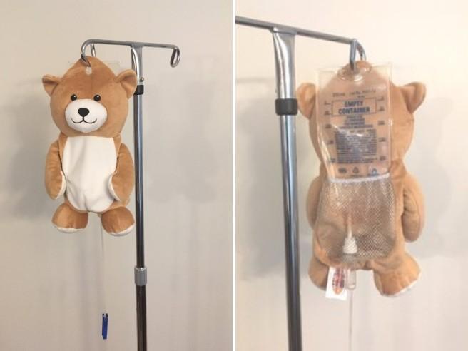 Un orsetto per superare la paura della flebo: l'invenzione di Ella