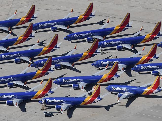 Boeing 737 Max, il giallo del cambio di nome dell'aereo fermo da 3 mesi
