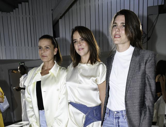 Pauline Ducruet debutta come stilista: alla sfilata mamma Stéphanie di Monaco e la famiglia