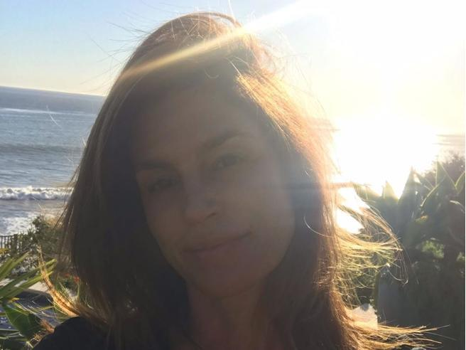 Cindy Crawford e il selfie senza trucco a Malibu: «Un lunedì non troppo frenetico»