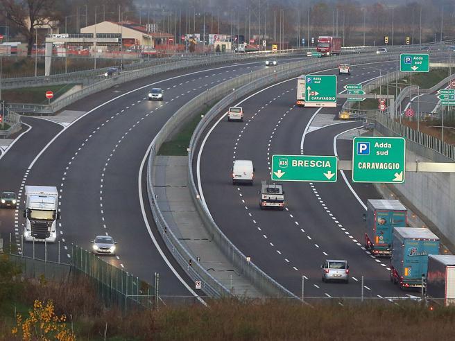 Autostrade, guerra sui nuovi pedaggiDi Battista: «Dobbiamo