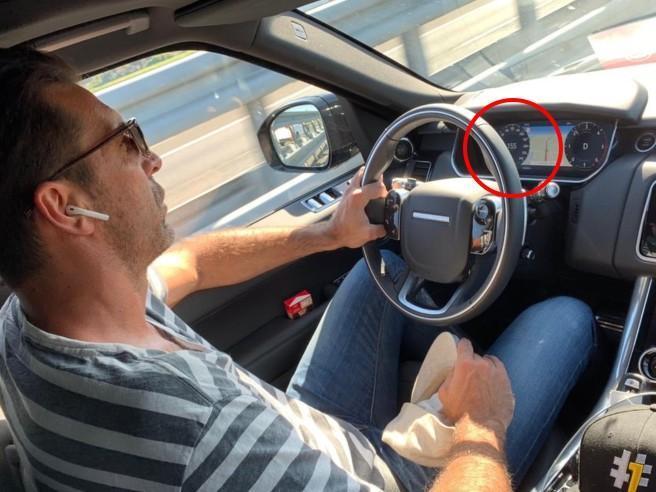 I social attaccano Buffon per la foto in auto: «Non ha la cintura di sicurezza». Ma è un'illusione ottica