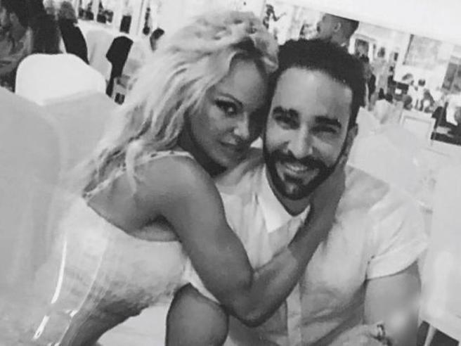 Pamela Anderson lascia il calciatoreAdil Rami: «Aveva una doppia vita»